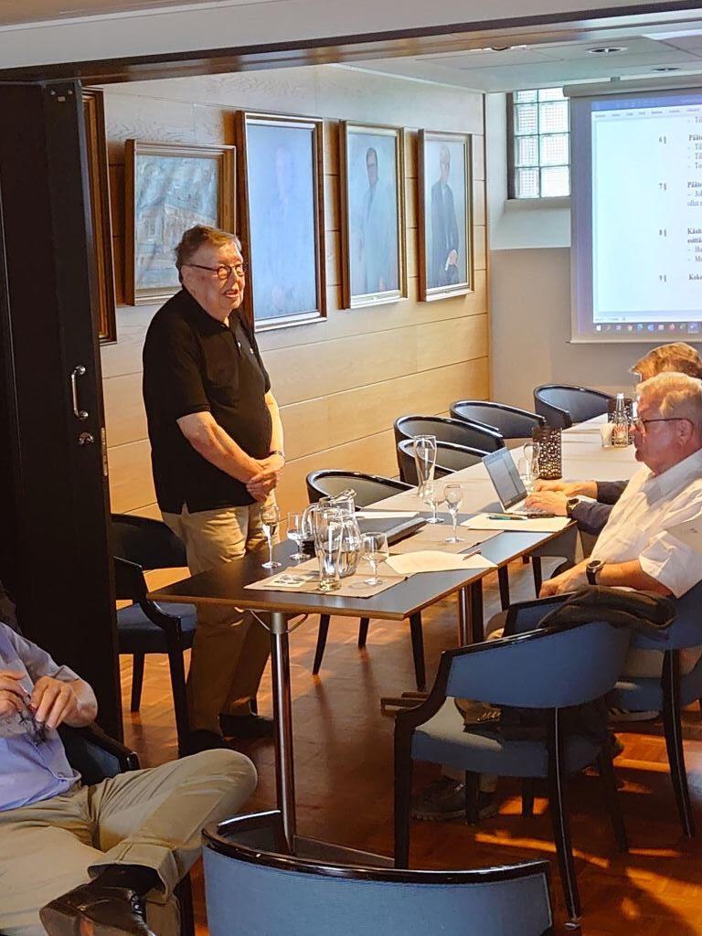 Pitkäaikainen rahastonhoitaja Reino Markkanen sai jäseniltä ansaitsemansa kiitokset